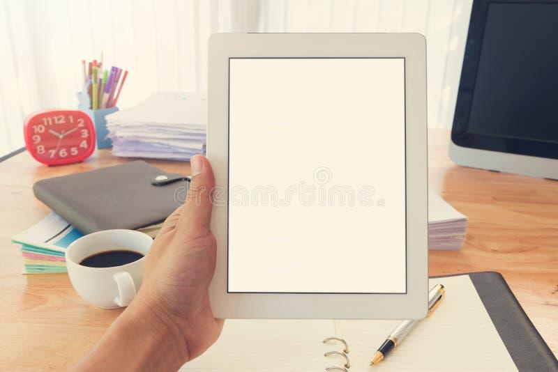 Concepto del negocio de funcionamiento de la oficina, tableta de la tenencia de la mano fotografía de archivo libre de regalías