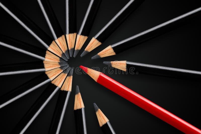 Concepto del negocio de interrupción, dirección o pensar diferente; lápiz rojo que rompe aparte el círculo de lápices negros fotos de archivo