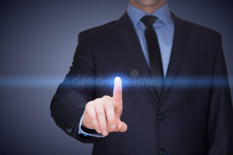 Concepto del negocio, de la tecnología, de Internet y del establecimiento de una red - hombre de negocios que presiona el botón c fotos de archivo libres de regalías