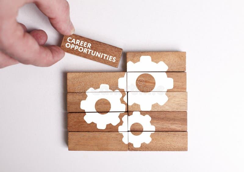 Concepto del negocio, de la tecnología, de Internet y de la red El hombre de negocios joven muestra la palabra: Oportunidades de  imagen de archivo libre de regalías