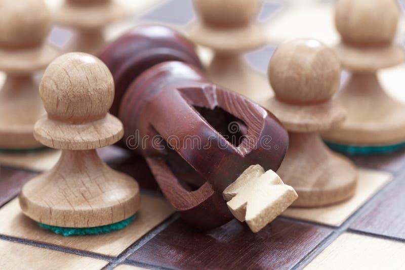 Concepto del negocio de triunfo o de derrota, de tablero de ajedrez de la pérdida y de figuras del rey y de los empeños imagen de archivo libre de regalías