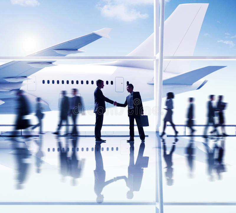Concepto del negocio del trato del apretón de manos del aeropuerto de los hombres de negocios foto de archivo