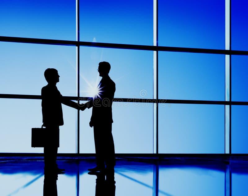 Concepto del negocio del trato del contrato del apretón de manos de los hombres de negocios foto de archivo libre de regalías