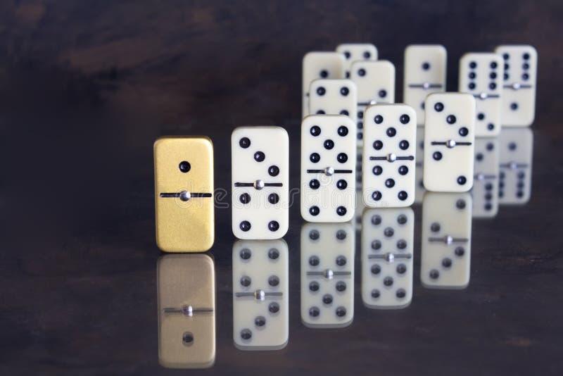 Concepto del negocio - dominó único que se coloca hacia fuera del resto foto de archivo libre de regalías