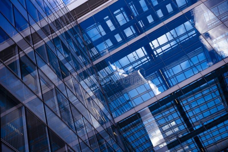 Concepto del negocio - edificio corporativo imagen de archivo