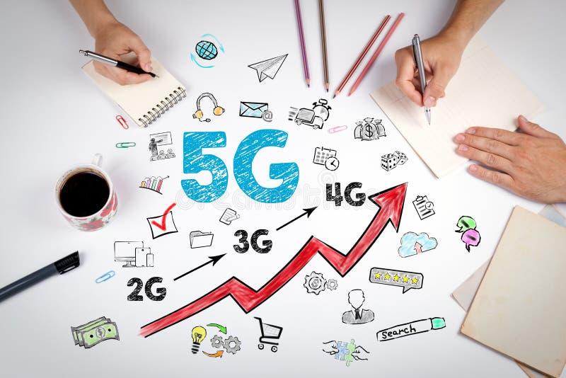concepto del negocio 5G La reunión en la tabla blanca de la oficina imagen de archivo