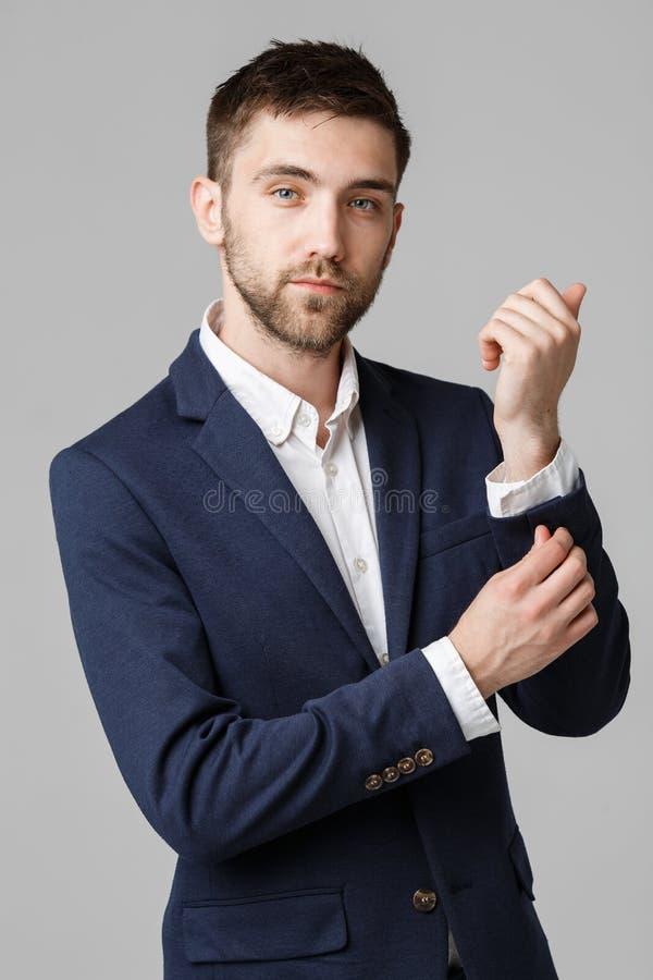 Concepto del negocio - hombre de negocios acertado joven que presenta sobre fondo oscuro Fondo blanco aislado Copie el espacio fotografía de archivo