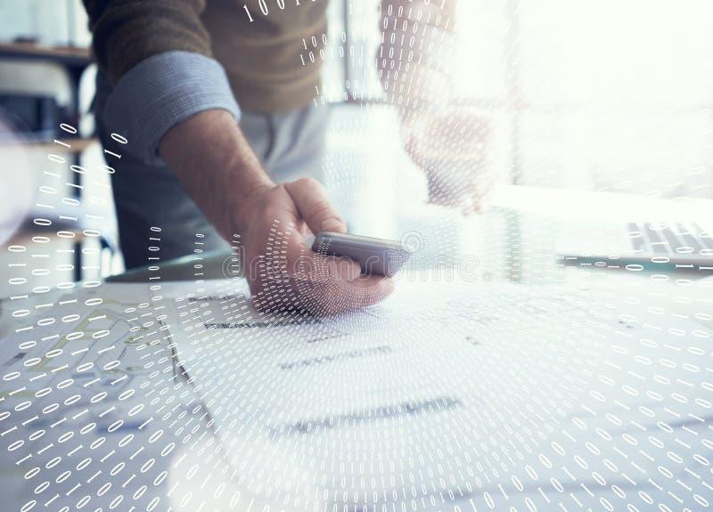 Concepto del negocio, hombre de negocios usando smartphone Planes arquitectónicos en la tabla Interfaz de la conexión de Digitace foto de archivo