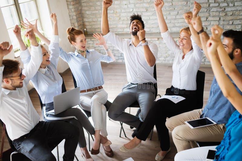 Concepto del negocio, del inicio, del gesto, de la gente y del trabajo en equipo - equipo creativo feliz en oficina fotos de archivo
