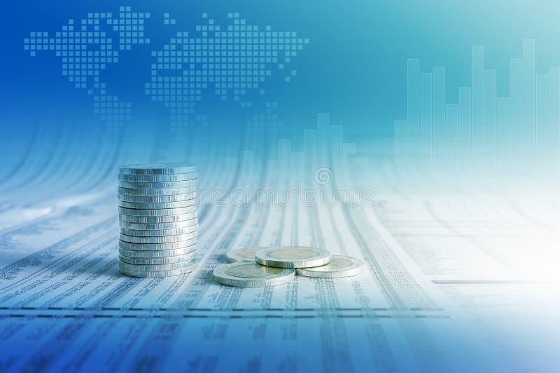 Concepto del negocio, pilas de la moneda en el papel de las noticias con el gráfico financiero fotos de archivo