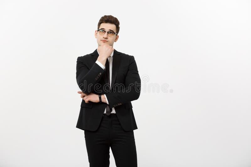 Concepto del negocio: Retrato del hombre de negocios hermoso pensativo que lleva el traje elegante en gesto de pensamiento aislad imagen de archivo libre de regalías