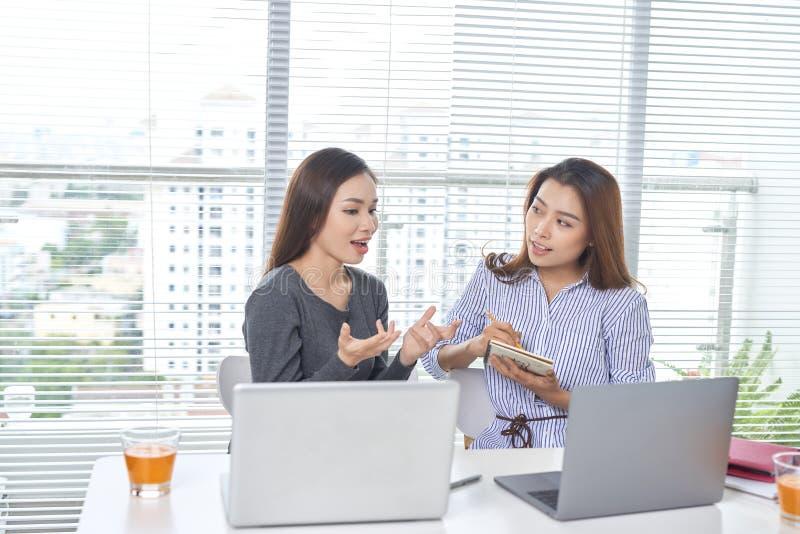 Concepto del negocio, del trabajo en equipo y de la gente - equipo o businessw femenino fotografía de archivo