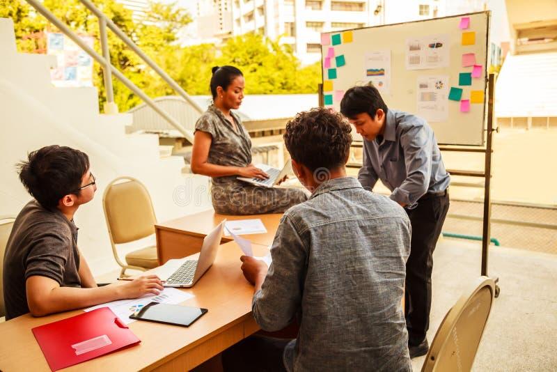 Concepto del negocio y del trabajo en equipo: Hombres de negocios y reunión de reflexión de la mujer en la reunión de la conferen fotografía de archivo