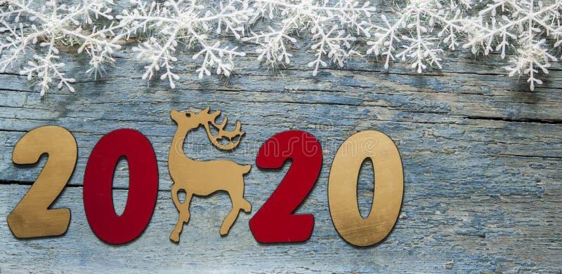 Concepto del A?o Nuevo Dígitos 2020 en fondo de madera con la decoración de la Navidad imágenes de archivo libres de regalías