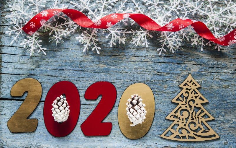 Concepto del A?o Nuevo Dígitos 2020 en fondo de madera con la decoración de la Navidad imagen de archivo libre de regalías