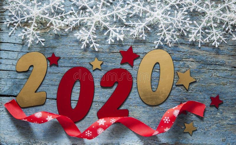 Concepto del A?o Nuevo Dígitos 2020 en fondo de madera con la decoración de la Navidad fotografía de archivo