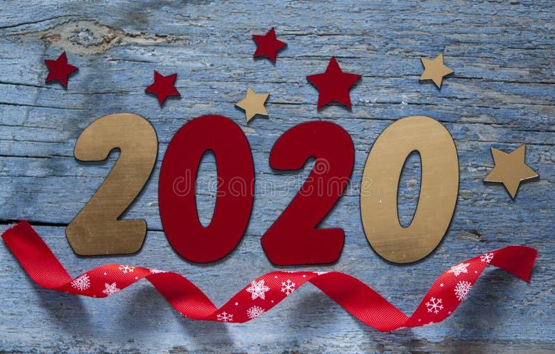 Concepto del A?o Nuevo Dígitos 2020 en fondo de madera con la decoración de la Navidad imagen de archivo