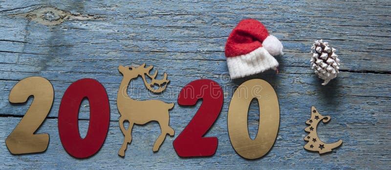 Concepto del A?o Nuevo Dígitos 2020 en fondo de madera con la decoración de la Navidad fotos de archivo libres de regalías