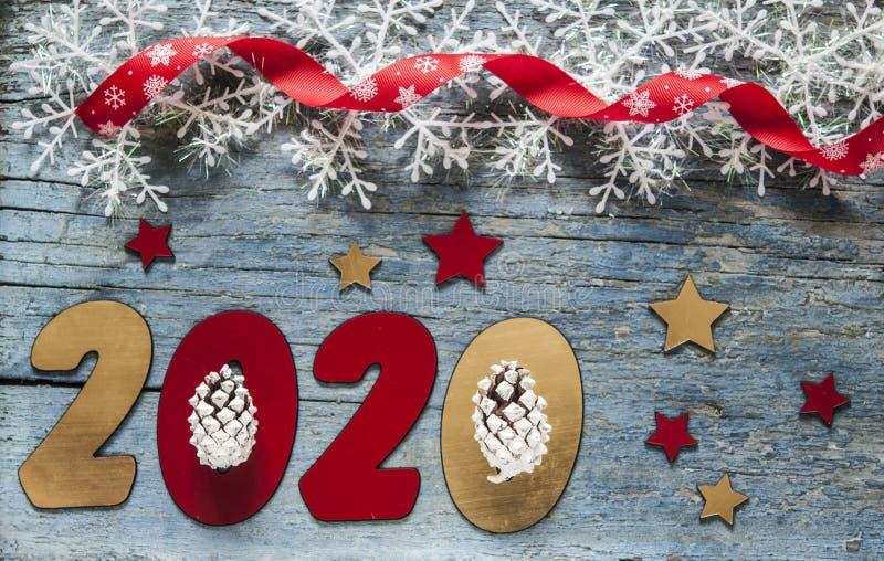 Concepto del A?o Nuevo Dígitos 2020 en fondo de madera con la decoración de la Navidad fotografía de archivo libre de regalías