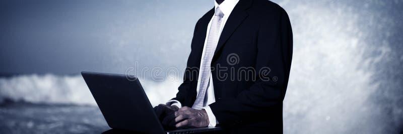 Concepto del ordenador portátil de Alone Beach Working del hombre de negocios fotos de archivo