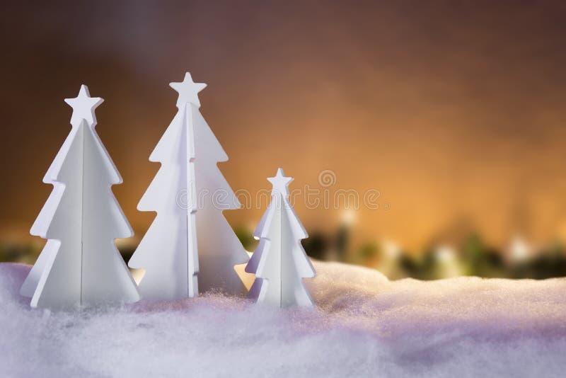 Concepto del paisaje de la Navidad - tres árboles blancos imagenes de archivo