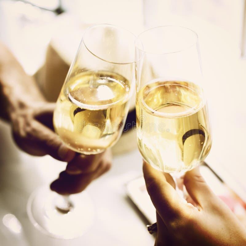Concepto del partido de la celebración de la bebida del alcohol de las alegrías de la tostada imagenes de archivo