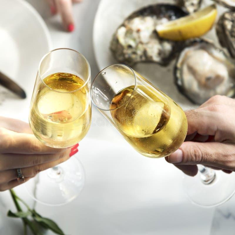 Concepto del partido de la celebración de la bebida del alcohol de las alegrías de la tostada imágenes de archivo libres de regalías