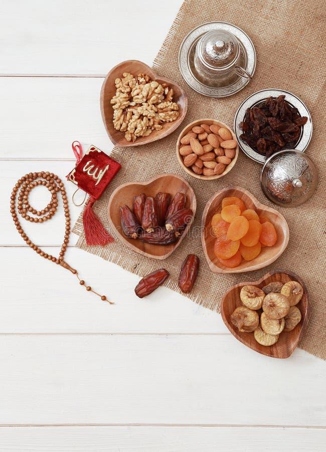 Concepto del partido iftar del Ramad?n Gotas islámicas del Quran y del rosario del libro sagrado con las fechas deliciosas, higos imagen de archivo