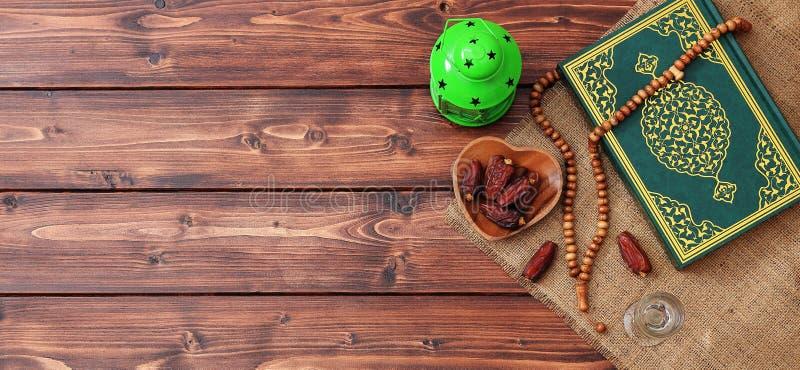 Concepto del partido iftar del Ramad?n Gotas isl?micas del Quran y del rosario del libro sagrado con las fechas deliciosas, higos fotografía de archivo