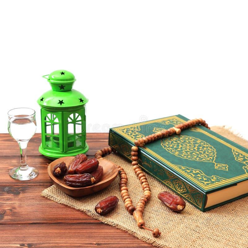 Concepto del partido iftar del Ramad?n Gotas isl?micas del Quran y del rosario del libro sagrado con las fechas deliciosas, higos fotos de archivo libres de regalías