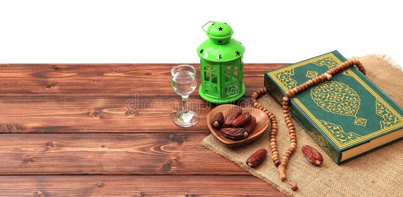 Concepto del partido iftar del Ramad?n Gotas isl?micas del Quran y del rosario del libro sagrado con las fechas deliciosas, higos fotos de archivo