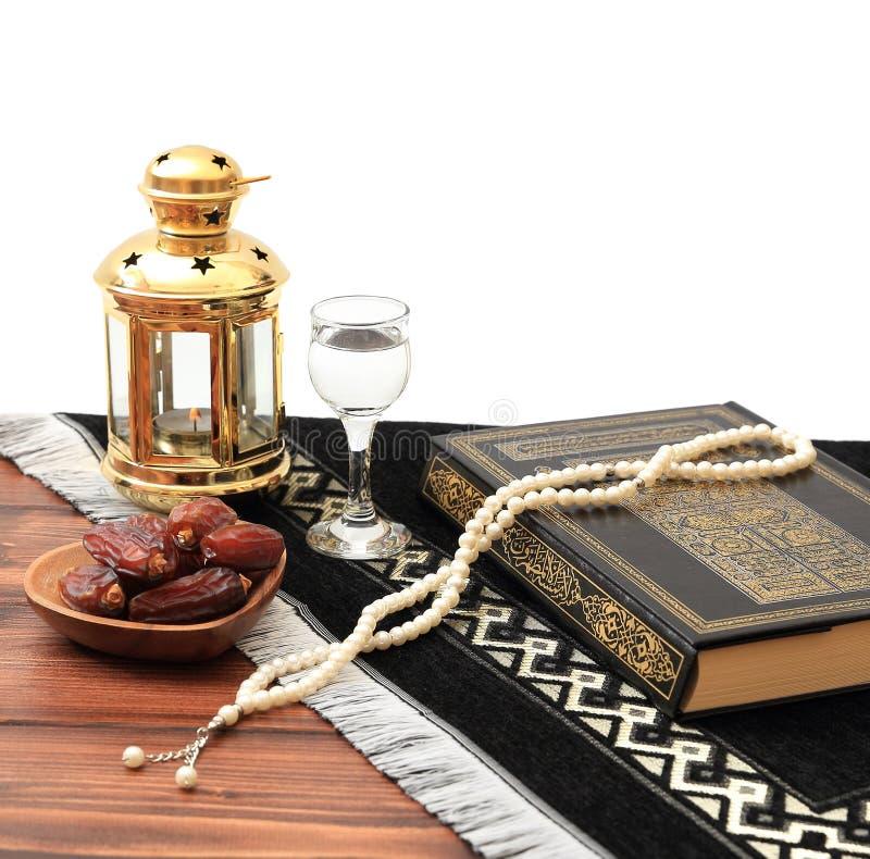 Concepto del partido iftar del Ramad?n Gotas isl?micas del Quran y del rosario del libro sagrado con las fechas deliciosas, higos imagen de archivo