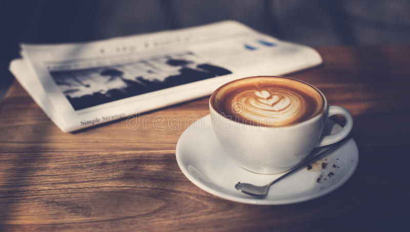 Concepto del periódico del capuchino del Latte del café de la cafetería imagenes de archivo