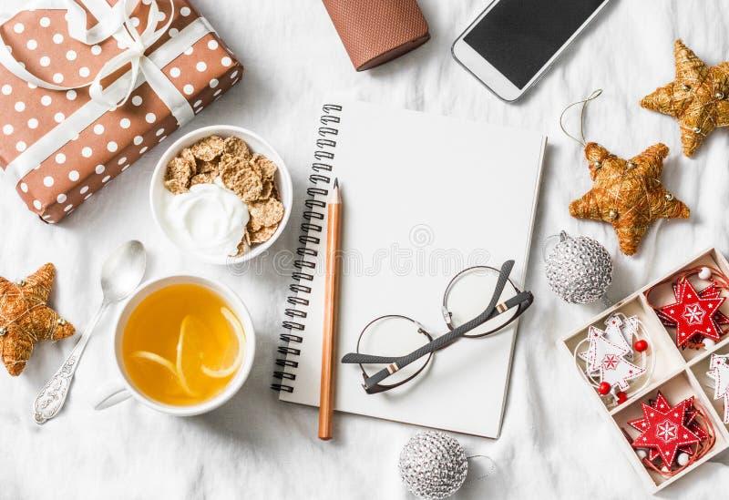 Concepto del planeamiento de la inspiración de la Navidad del desayuno de la mañana Yogur con el cereal y el té enteros del grano imagen de archivo