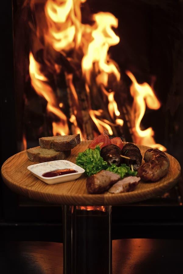 Concepto del plato del restaurante Apetitoso del plato adornado con lechuga y pan Rollos de carne en los pinchos de madera, kebab fotografía de archivo libre de regalías