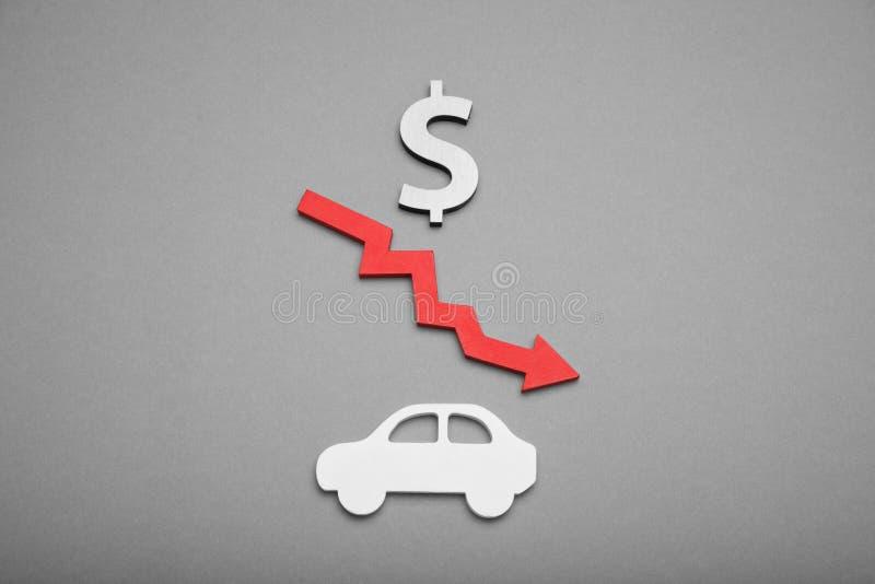 Concepto del precio del coche de la disminución, abajo del coste del valor del cambio fotos de archivo