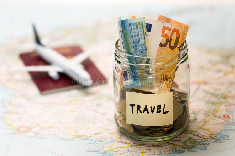 Concepto del presupuesto de viaje, ahorros del dinero en un tarro de cristal imagen de archivo libre de regalías
