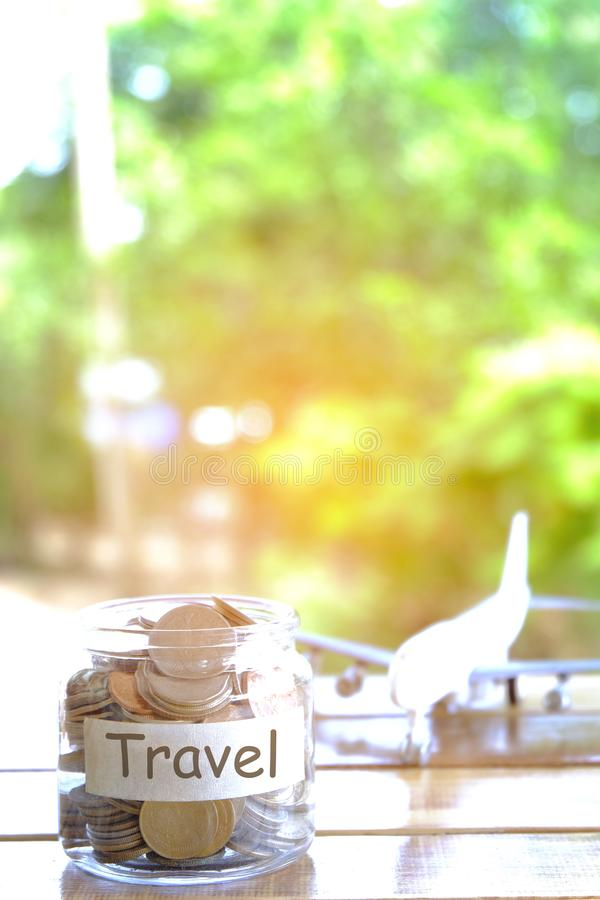 Concepto del presupuesto de viaje Concepto de los ahorros del dinero del viaje Recogida del dinero en el moneybox para el viaje T imágenes de archivo libres de regalías