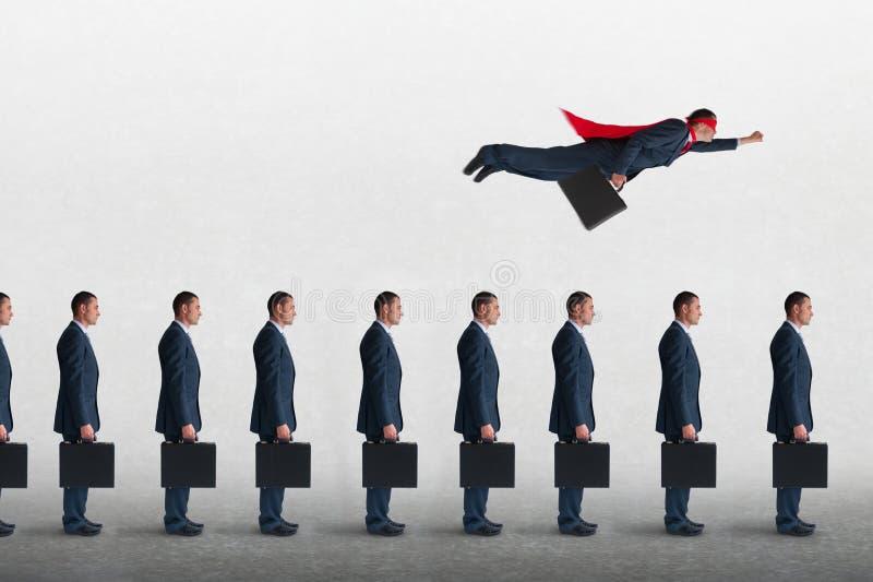 Concepto del progreso del negocio con el vuelo del hombre de negocios del super héroe imágenes de archivo libres de regalías