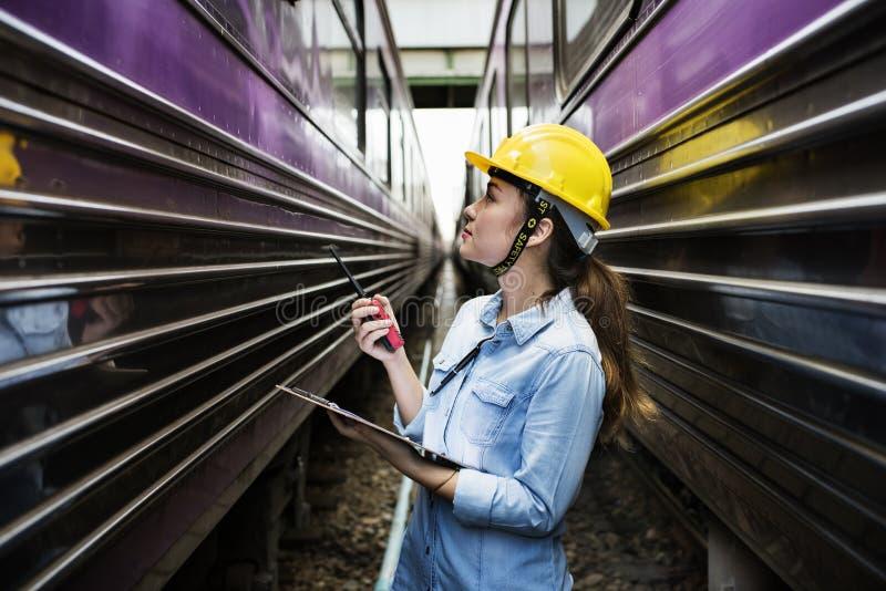 Concepto del proyecto de la seguridad del tren de la encuesta sobre la mujer fotografía de archivo