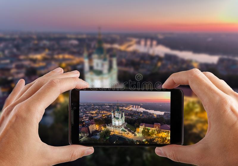 concepto del recorrido Manos que hacen la foto de la iglesia Kiev Ucrania del ` s de St Andrew Paisaje urbano de una altura imagen de archivo