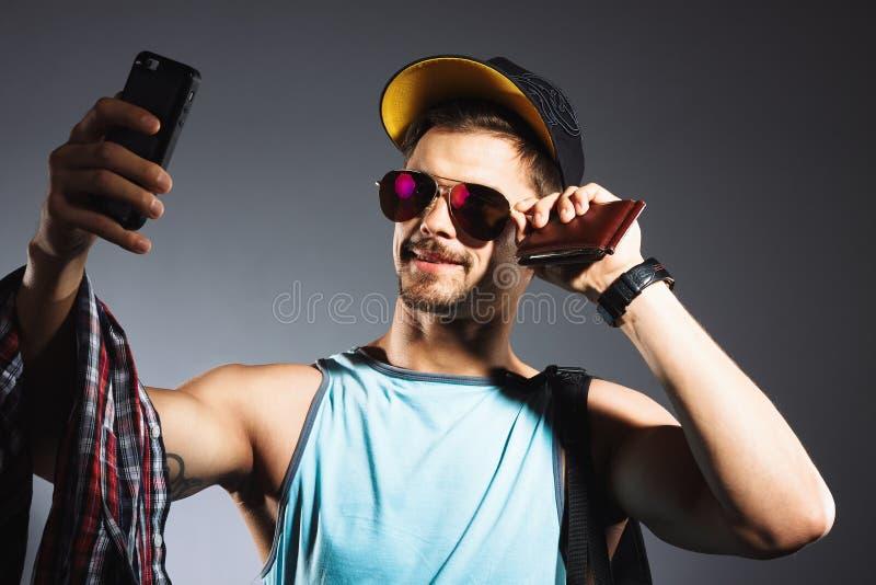 concepto del recorrido Retrato del estudio del hombre joven hermoso que toma el selfie foto de archivo
