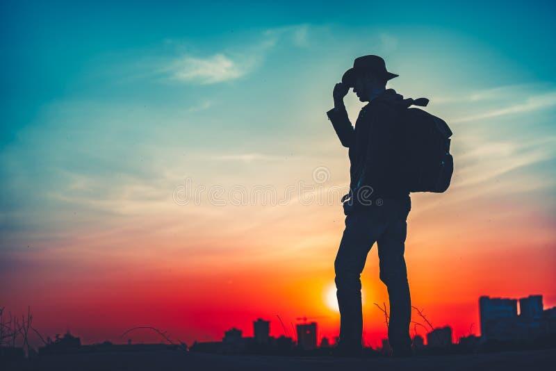 concepto del recorrido Silueta de un hombre con la mochila fotos de archivo