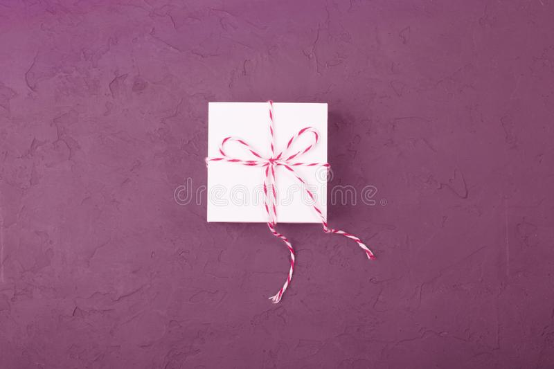 Concepto del regalo de Navidad - caja de regalo blanca con la guita acuñada foto de archivo