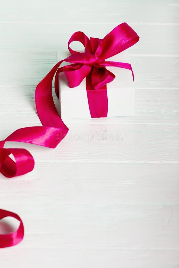 Concepto del regalo de Navidad del cumpleaños del regalo - caja de regalo blanca con re fotos de archivo libres de regalías