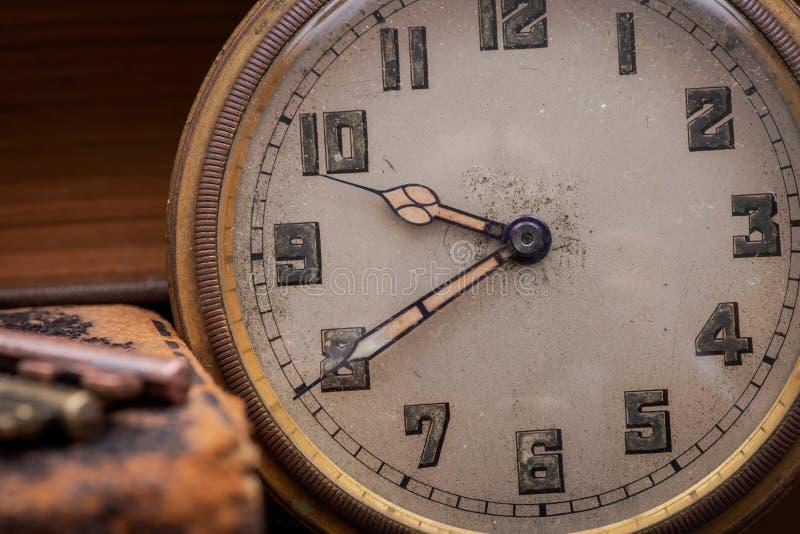 Concepto del rhei de Panta: Reloj de bolsillo antiguo, llaves del vintage y pila de libros viejos en corcho natural imagen de archivo libre de regalías