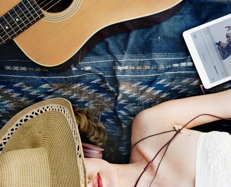 Concepto del ritmo del auricular de la canción de la música de la playa de la guitarra de la muchacha fotografía de archivo libre de regalías