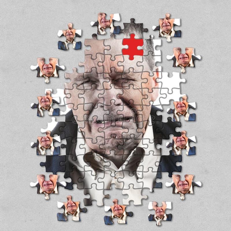 Concepto del rompecabezas de enfermedad mental o de demencia con el hombre caucásico mayor que llora y solamente foto de archivo libre de regalías