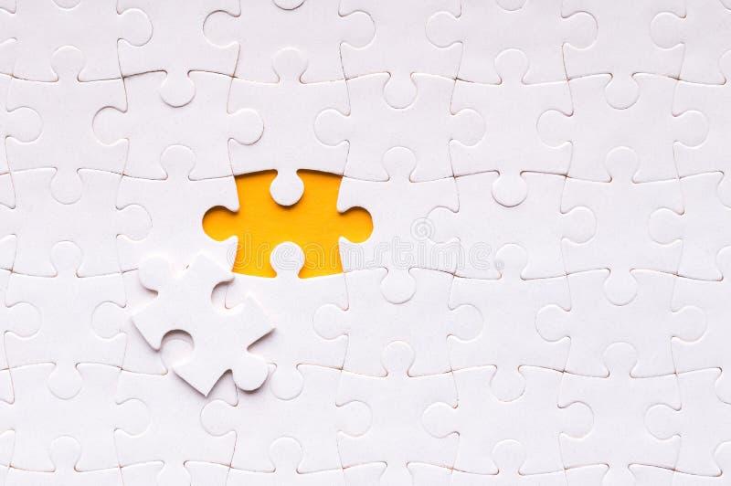 Concepto del rompecabezas para el negocio con la realización del equipo con la persona final imágenes de archivo libres de regalías