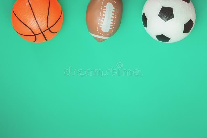 Concepto del rugbi y del baloncesto del fútbol con las bolas imagen de archivo